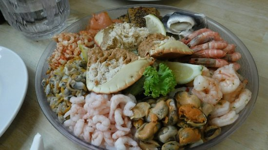 West Mersea Oyster Bar: Seafood platter for 3 people.