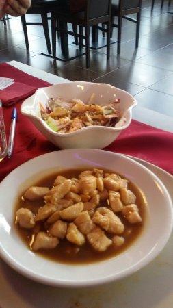 Nichelino, Italy: insalata pesce grigliato e pollo mandorle