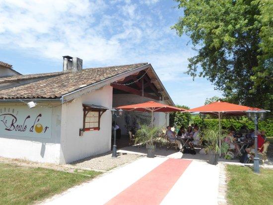 Moulis-en-Medoc, Γαλλία: Le restaurant la Boule d'Or et sa rerrasse