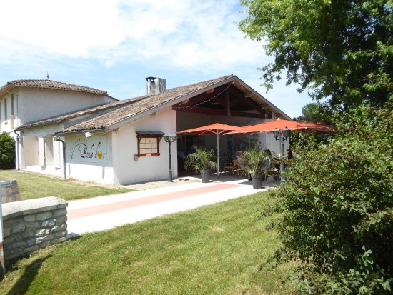 Moulis-en-Medoc, Γαλλία: Le restaurant la Boule d'Or et sa terrasse