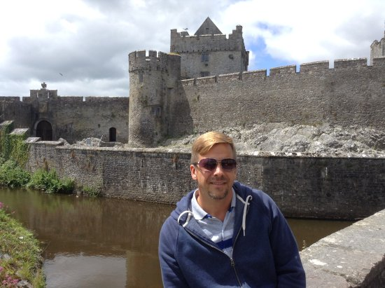 County Tipperary, Ireland: Cahir Castle was a great castle to visit! It is located in the middle of Cahir. There is metered
