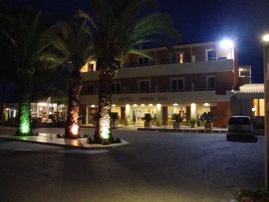 Kounopetra, Hellas: Entrance to hotel at night