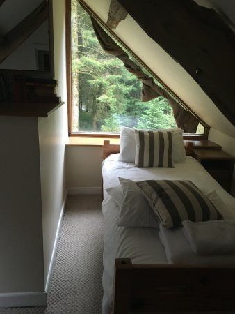 Trallwm Forest Cottages: Bedroom with the 2 single beds.