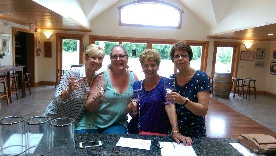 Stonington, Коннектикут: Beach day turned winery day!