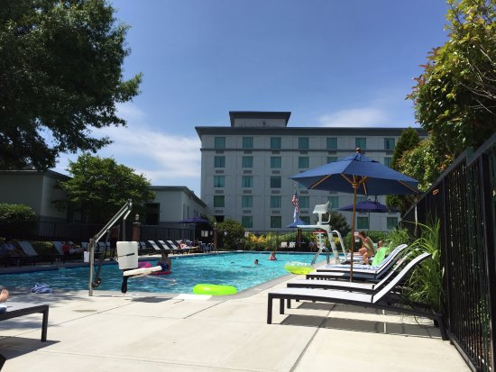 Doubletree by Hilton Hotel Annapolis: Pool extends around to the right. It's huge.