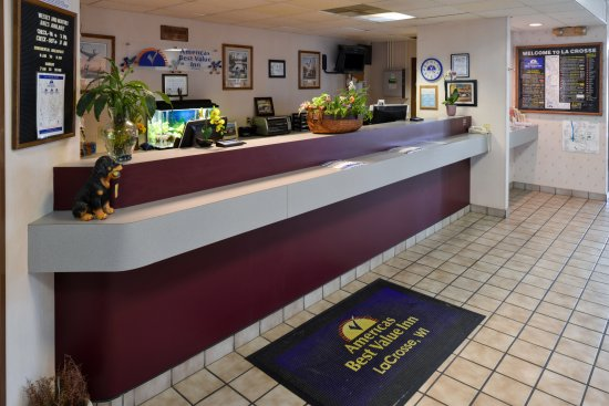 Americas Best Value Inn La Crosse: Front Desk