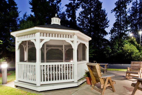 Candlewood Suites - Hampton: Guest patio and gazebo