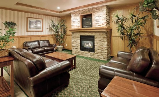 Vernon, Kanada: Meet friends, catch up on the news in our cozy lobby area!