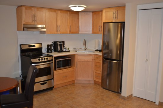 The Inn on Long Lake: Family Suite Kitchen