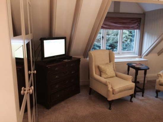 Bagshot, UK: Plush Suite - large but tasteless and not well thought out.