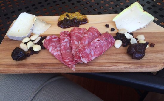 Chestertown, Μέριλαντ: cheese and charcuterie with nuts, spicey plum chutney, whole grain mustard, dried fruit