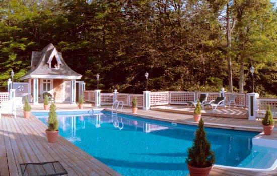 Inn at Lake Joseph: Outdoor Heated Pool