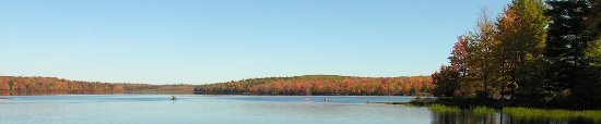 Forestburgh, Nova York: Fall Colors on Lake Joseph