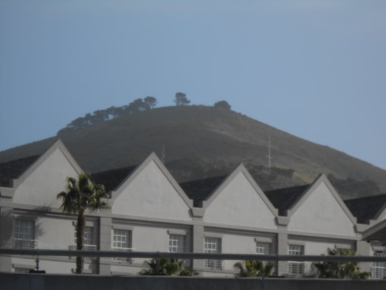 City Lodge Hotel V&A Waterfront: Huge land mound behind hotels