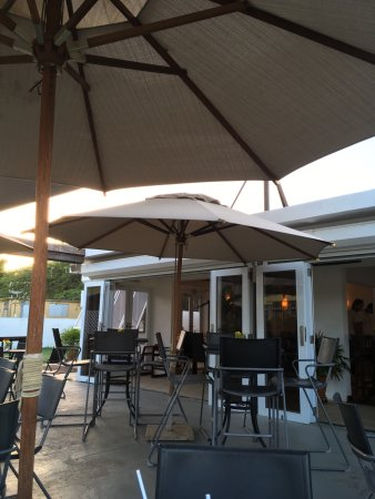Coconuts Pizza Bar & Grill: Patio Corner seating