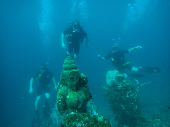 Bunutan, Indonesien: Diving by sunken statues. Fantastic dives!