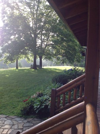 Glade Valley, Carolina del Nord: Sipping coffee on porch before breakfast!