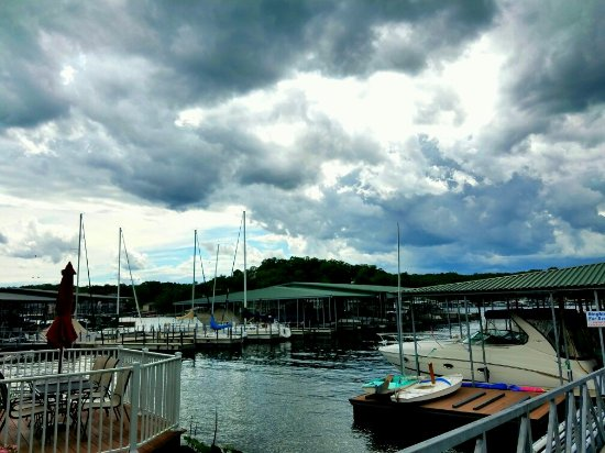 LakeSide Cafe at Ozark Yacht Club: Breathtaking view from the Cafe🌫⛵