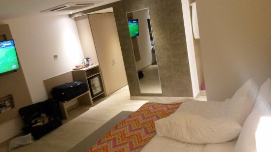 Mercure Santa Marta Emile: Flat TV Mounted To Wall, Life Size Mirror