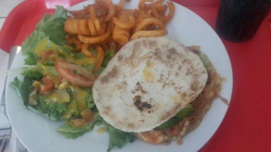 San Pedro, Kostaryka: Una deliciosa arepa colombiana parte del menú
