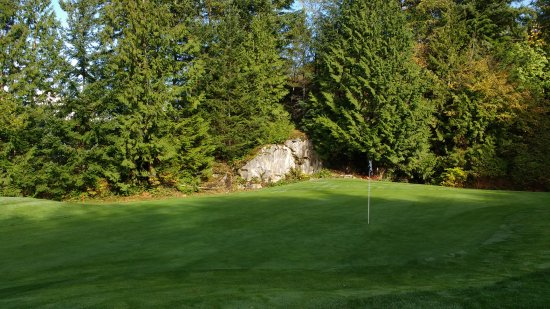 Furry Creek, Kanada: Boulder by the Green