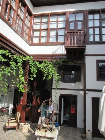 Atelya Art Hotel: The courtyard and the well