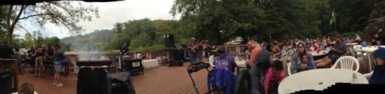 Kamp Klamath RV Park: BBQ and live band on a Saturday night. Food was delicious!