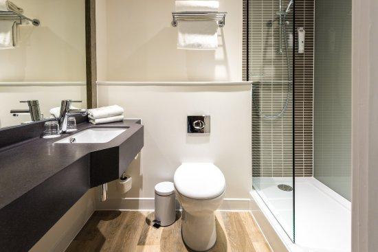 هوليداي إن تونتون: Newly refurbished bathroom with walk in shower
