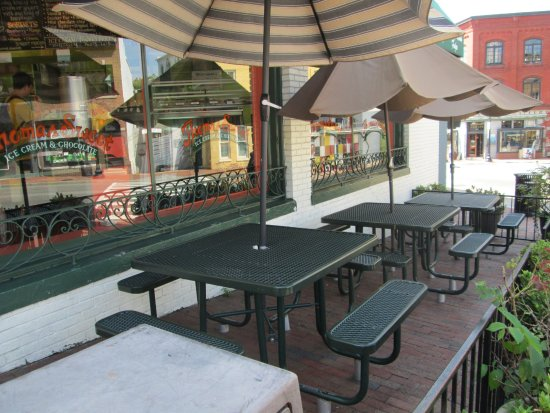 Thomas Sweet Ice Cream: outdoor seating