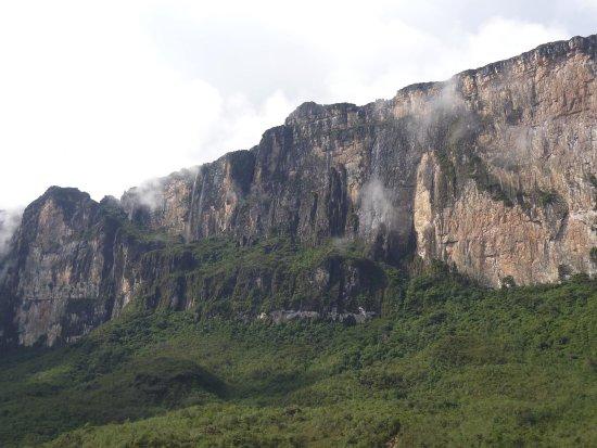 Mount Roraima: Vista do paredão, mostrando o caminho de subida