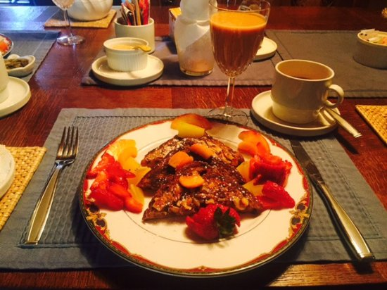 Homewood, Californien: Breakfast of French Toast, fruit smoothie with coffee
