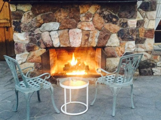 Homewood, Californien: Outdoor fireplace for guests to enjoy on a cool evening