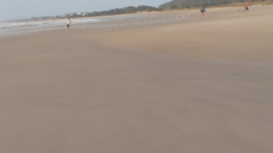 Praia da Vila: Pescadores puxando rede. Entram no mar gelado de madrugada!!!