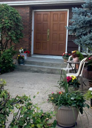 Wild Rose Bed & Breakfast: Front door with colourful flowers