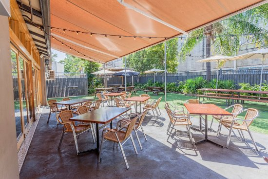 Bankstown, ออสเตรเลีย: Dine al fresco at High Flyer Hotel