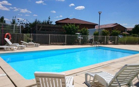 Garden & City Clermont-Ferrand Gerzat : Swimming Pool