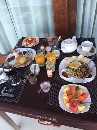 The Puncak: 前日パンとミーゴレンが食べたいと言って出てきた朝ご飯です!!