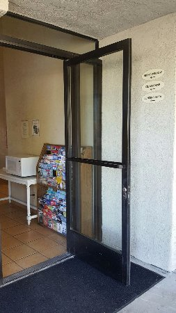 Good Nite Inn Camarillo: this door is not locked, so microwave/ice machine available 24hours