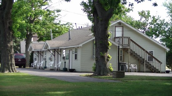 Lakefront Motel: The outside of the motel
