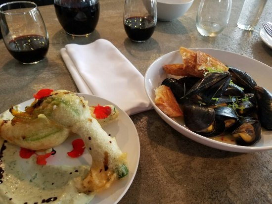 Steilacoom, Ουάσιγκτον: Squash blossoms, muscles and microgreens- yum!