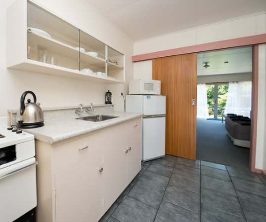 Golden Bay Motel: Studio kitchen