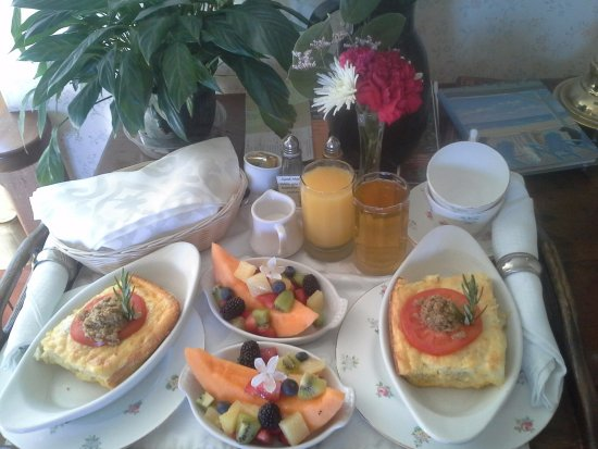 Headlands Inn Bed & Breakfast: Frittata breakfast