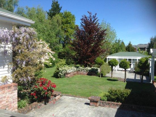 Cheltenham House: Extensive garden