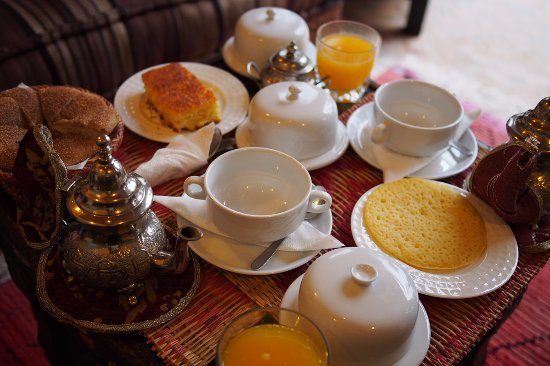 Riad Elnoujoum : Breakfast of moroccan bread, pancake and semolina cake. Tea and orange juice.