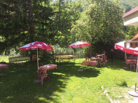 La Fouly, Ελβετία: Belle terrasse ensoleillée et... ombragée