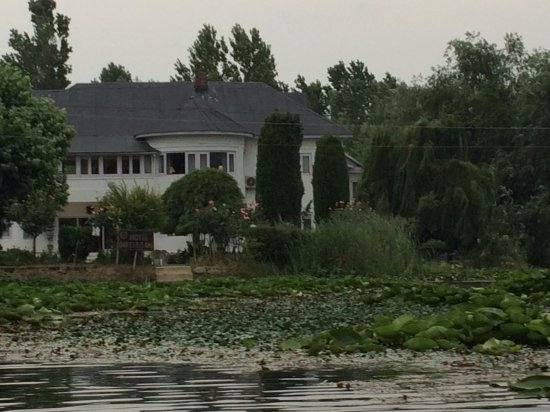 Hotel Dar-Es-Salam: the house from the lake
