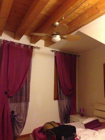 Alberghiera Venezia: Habitación con cama doble, tiene un ventilador arriba