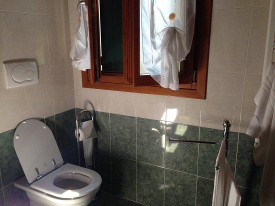 Alberghiera Venezia: Baño totalmente nuevo