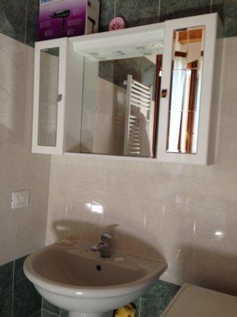 Alberghiera Venezia: Baño totalmente nuevo, hay un secador y lavadora