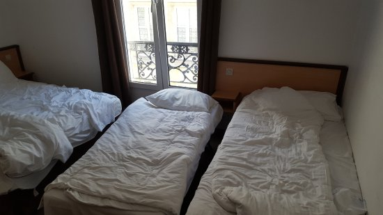 Hotel Liege Strasbourg: I think this room is for 3 people and the just added one extra bed, no space !